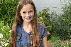 Mädchen mit zahnmedizinischen Klammern lizenzfreies stockbild
