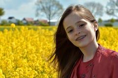 Mädchen mit zahnmedizinischen Klammern stockfotografie