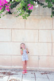 Mädchen mit Zitronen Stockfoto