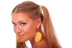 Mädchen mit Zitroneohrringen Stockbild