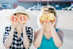 Mädchen mit Zitrusfrüchten Pampelmuse und Orange stockbild
