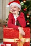Mädchen mit Zuckerstangeporträt nahe Weihnachtsbaum, Dekoration und Geschenken, Winterurlaubkonzept Lizenzfreies Stockbild