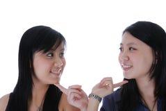 Mädchen mit zwei Chinesen, das sich berührt Lizenzfreie Stockbilder