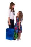 Mädchen mit zwei Einkaufen-Beuteln. Stockfotos