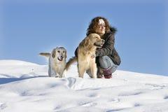 Mädchen mit zwei Hunden stockfotografie