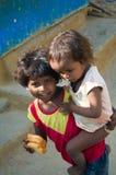 Mädchen mit zwei Indern im Elendsviertel Stockfotografie