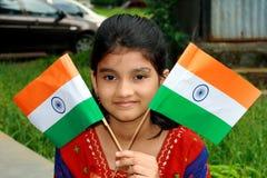 Mädchen mit zwei indischen Markierungsfahnen lizenzfreies stockfoto