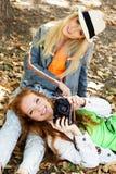 Mädchen mit zwei Jugendlichen, das selfe mit Kamera nimmt Stockbild