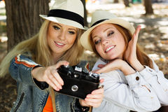 Mädchen mit zwei Jugendlichen, das selfe mit Kamera nimmt Lizenzfreie Stockbilder