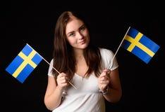 Mädchen mit zwei schwedischen Flaggen Stockbild