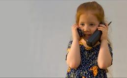 Mädchen mit zwei Telefonen lizenzfreies stockbild