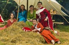 Mädchen in mittelalterlichen Kleidung relaxs auf Heu Stockfotos