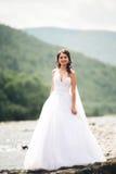 Mädchen, Modell, Braut auf einem Hintergrund des Flusses und Berge Getrennt auf Weiß Lizenzfreies Stockfoto