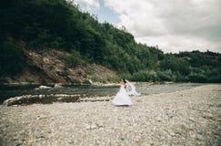 Mädchen, Modell, Braut auf einem Hintergrund des Flusses und Berge Getrennt auf Weiß Lizenzfreie Stockbilder