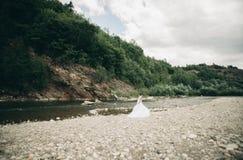 Mädchen, Modell, Braut auf einem Hintergrund des Flusses und Berge Getrennt auf Weiß Stockfotos