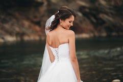 Mädchen, Modell, Braut auf einem Hintergrund des Flusses und Berge Getrennt auf Weiß Stockfotografie