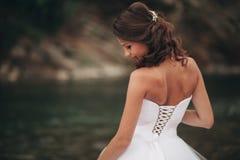 Mädchen, Modell, Braut auf einem Hintergrund des Flusses und Berge Getrennt auf Weiß Lizenzfreie Stockfotografie