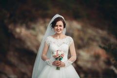 Mädchen, Modell, Braut auf einem Hintergrund des Flusses und Berge Getrennt auf Weiß Stockfoto