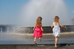 Mädchen nähern sich dem Brunnen Stockfotografie