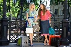 Mädchen nach dem Einkauf stockfoto