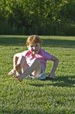 Mädchen nach Somersault am Park Stockbilder