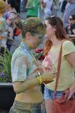Mädchen, nachdem die Farbe Ereignis in Klausenburg-Napoca, Rumänien laufen lassen, am 13. Juni 2015 Stockbilder
