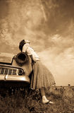Mädchen nahe altem Auto, Foto in der gelben Weinleseart Lizenzfreies Stockbild