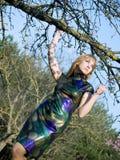 Mädchen nahe Baum lizenzfreie stockfotos