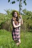 Mädchen nahe Birke Lizenzfreie Stockfotos