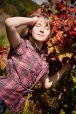 Mädchen nahe dem ashberry Buschstrauch Lizenzfreie Stockbilder