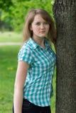 Mädchen nahe dem Baum lizenzfreies stockfoto