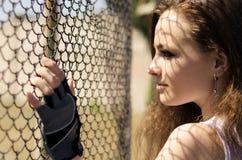 Mädchen nahe dem Gitter Stockfoto