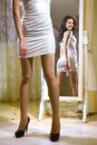 Mädchen nahe dem Spiegel c stockfotos