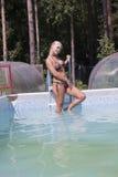 Mädchen nahe dem Swimmingpool Stockfoto
