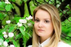 Mädchen nahe einem Apfelbaum Stockfotos