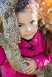 Mädchen nahe einem Baum im Park Lizenzfreies Stockbild