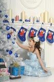 Mädchen nahe einem Weihnachtsbaum. Stockfotos