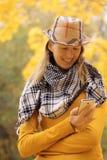 Mädchen nahe Herbstbaum mit Telefon Lizenzfreie Stockfotos