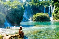 Mädchen nahe Kravice-Wasserfall Bosnien Lizenzfreie Stockfotos