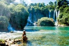 Mädchen nahe Kravice-Wasserfall Bosnien Stockfotos