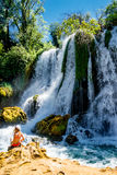 Mädchen nahe Kravice-Wasserfall Bosnien Lizenzfreie Stockfotografie