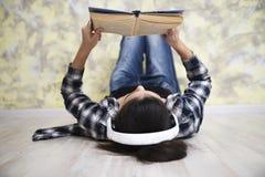 Mädchen nahe neuem Jahr 2 des Spiegels lizenzfreie stockfotografie