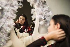 Mädchen nahe neuem Jahr 3 des Spiegels Stockfoto