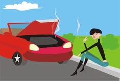 Mädchen nahe unterbrochenem Auto Lizenzfreies Stockfoto