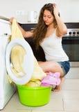 Mädchen nahe Waschmaschine Stockfotos