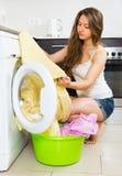 Mädchen nahe Waschmaschine Stockfoto