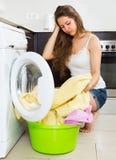 Mädchen nahe Waschmaschine Stockbild