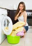 Mädchen nahe Waschmaschine Lizenzfreies Stockbild