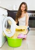 Mädchen nahe Waschmaschine Stockfotografie