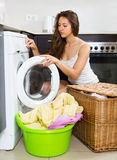 Mädchen nahe Waschmaschine Lizenzfreie Stockfotografie